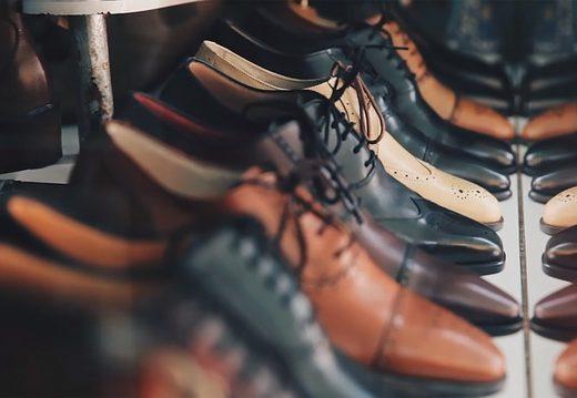 Cipők rendezett sorokban
